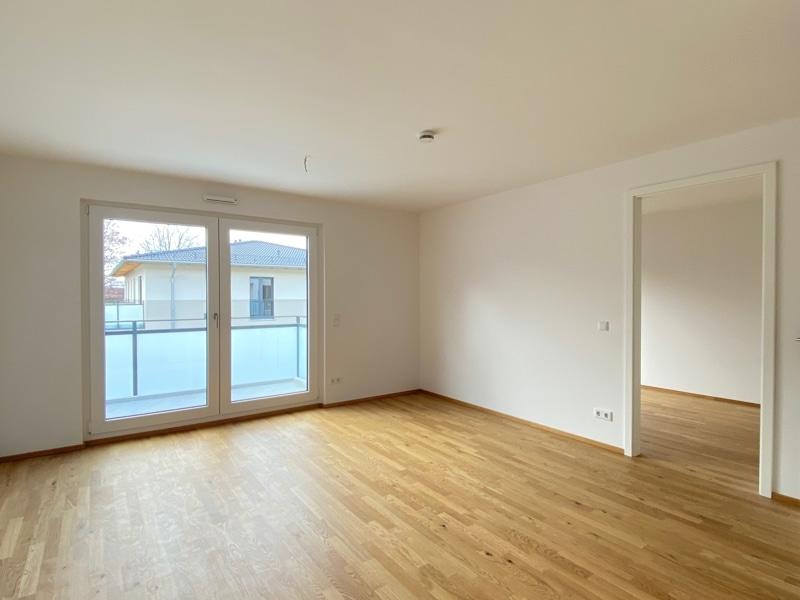 Erstbezug - Attraktive 2 Zimmerwohnung mit EBK und Westbalkon in Höhenkirchen - Wohnzimmer