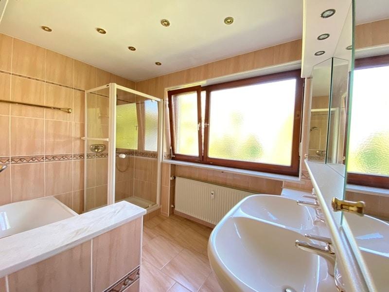 Renovierungsbedürftige 4 Zimmerwohnung mit viel Potential in attraktiver Lage von Ottobrunn - Badezimmer