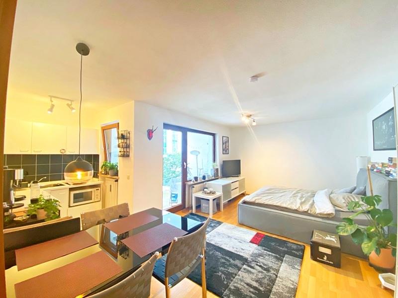 Gemütliches 1 ZKB Apartment mit kleinem Garten in zentraler Lage von Unterhaching - Wohn und Schlafbereich