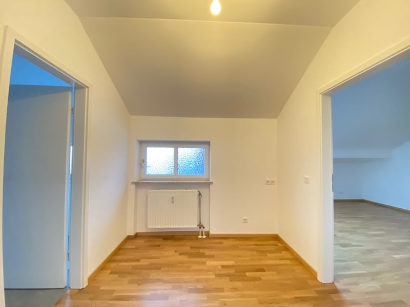 Neu sanierte 3 Zimmer Dachgeschosswohnung in zentraler Lage von Höhenkirchen - Durchgangsdiele