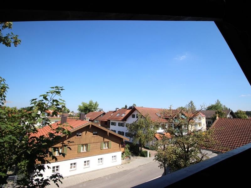 Neu sanierte 3 Zimmer Dachgeschosswohnung in zentraler Lage von Höhenkirchen - Aussicht vom Balkon