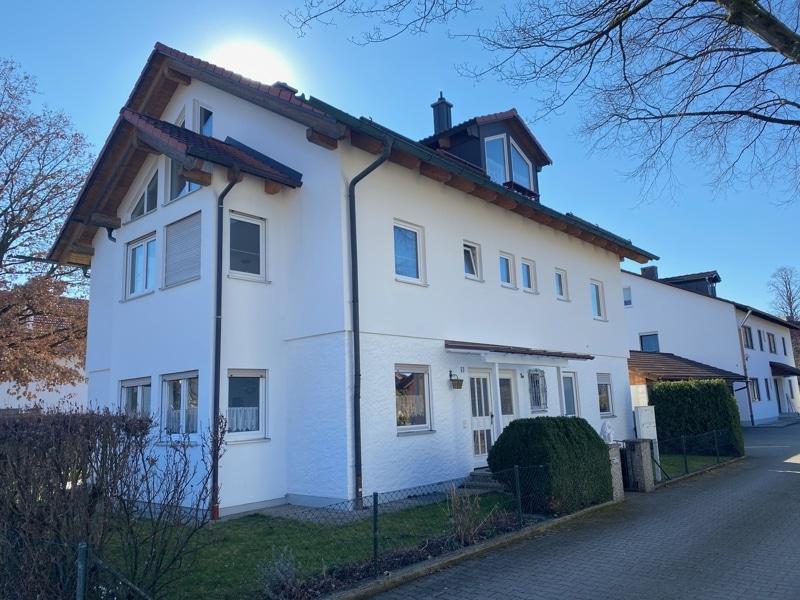 Großzügige, lichtdurchflutete 2 ZKB Wohnung mit Südbalkon in Siegertsbrunn - Außenbild