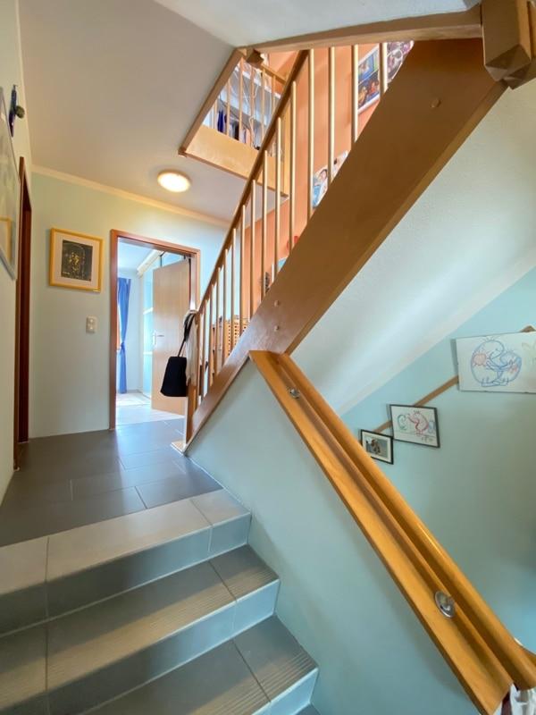 """Attraktive 3 ZKB Maisonettewohnung """"Haus in Haus"""" mit Westterrasse in zentraler Lage von Höhenkirchen - Treppenaufgang_hoch"""