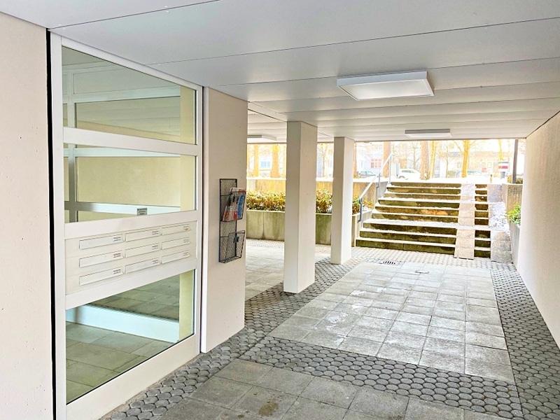 Lichtdurchflutete 2 Zimmerwohnung mit Südbalkon & attraktivem Grundriss in ruhiger Lage von Ottobrunn - Hauseingang