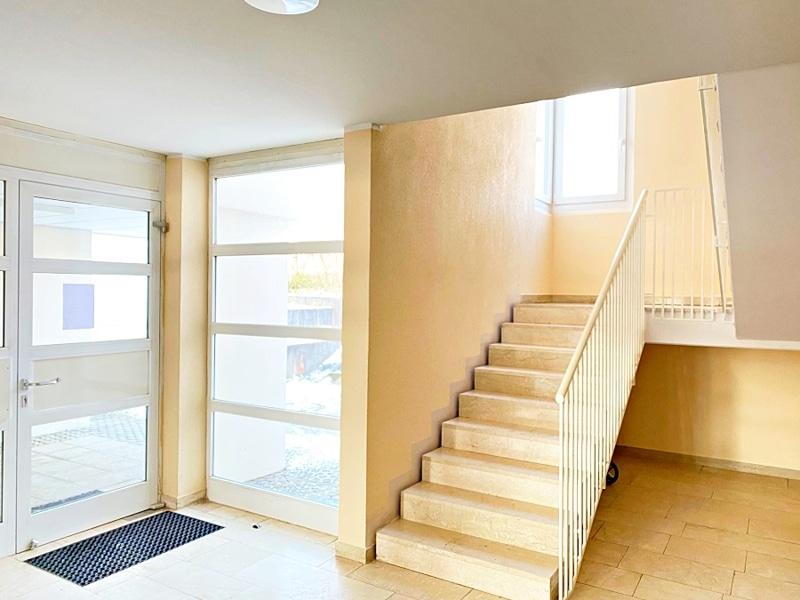 Lichtdurchflutete 2 Zimmerwohnung mit Südbalkon & attraktivem Grundriss in ruhiger Lage von Ottobrunn - Treppenhaus