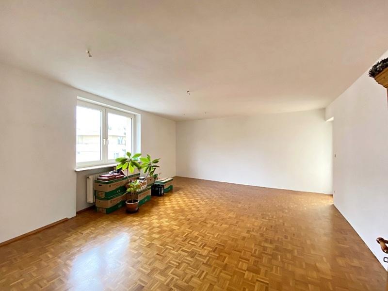 Renovierungsbedürftige 3 ZKB Wohnung mit Südbalkon in ruhiger Lage von Milbertshofen - Wohnzimmer