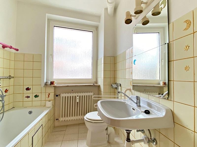 Renovierungsbedürftige 3 ZKB Wohnung mit Südbalkon in ruhiger Lage von Milbertshofen - Badezimmer