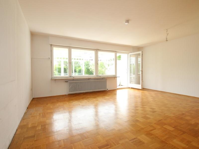 Gepflegtes, renovierungsbedürftiges Reiheneckhaus in ruhiger, familienfreundlicher Lage von Siegertsbrunn - Wohnzimmer