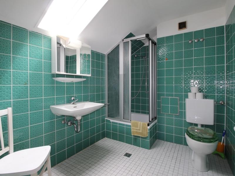 Gepflegtes, renovierungsbedürftiges Reiheneckhaus in ruhiger, familienfreundlicher Lage von Siegertsbrunn - Badezimmer DG