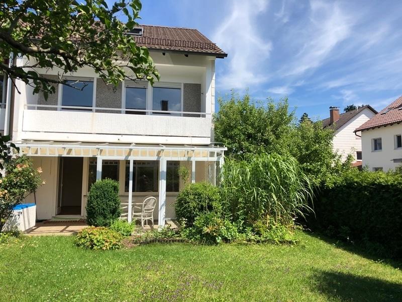 Gepflegtes, renovierungsbedürftiges Reiheneckhaus in ruhiger, familienfreundlicher Lage von Siegertsbrunn - Garten-Hausansicht