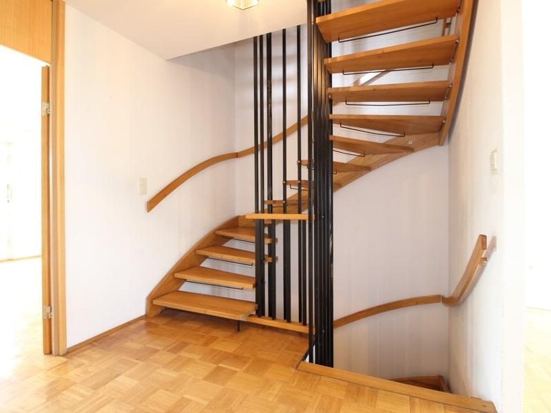 Gepflegtes, renovierungsbedürftiges Reiheneckhaus in ruhiger, familienfreundlicher Lage von Siegertsbrunn - Treppenaufgang