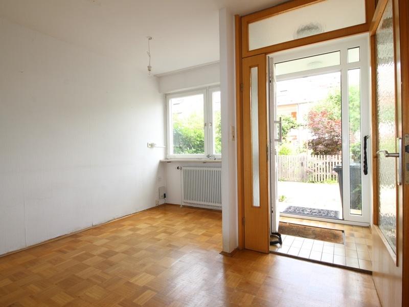 Gepflegtes, renovierungsbedürftiges Reiheneckhaus in ruhiger, familienfreundlicher Lage von Siegertsbrunn - Eingangsdiele_Essbereich