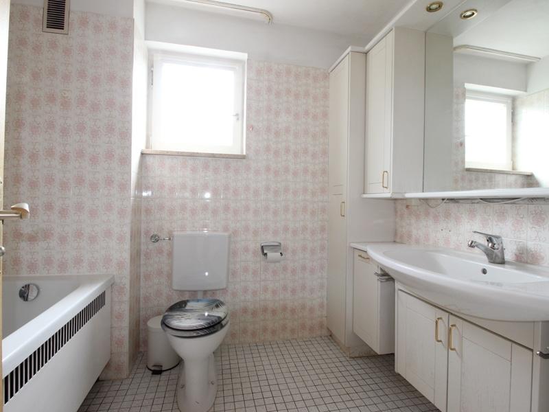 Gepflegtes, renovierungsbedürftiges Reiheneckhaus in ruhiger, familienfreundlicher Lage von Siegertsbrunn - Badezimmer OG