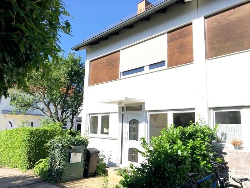 Gepflegtes, renovierungsbedürftiges Reiheneckhaus in ruhiger, familienfreundlicher Lage von Siegertsbrunn - Außenansicht