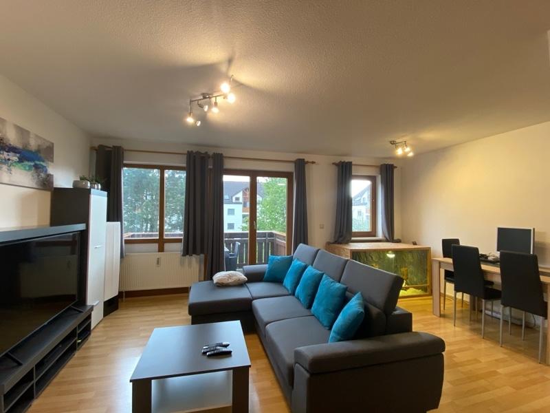 Helle 2 Zimmerwohnung mit großem Südbalkon in ruhiger Lage von Höhenkirchen - Wohnzimmer