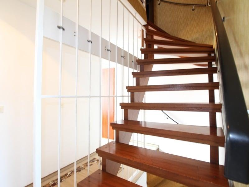 Günstig wohnen in einem kleinen, gepflegten RMH in ruhiger Lage von Ebersberg - Treppenaufgang