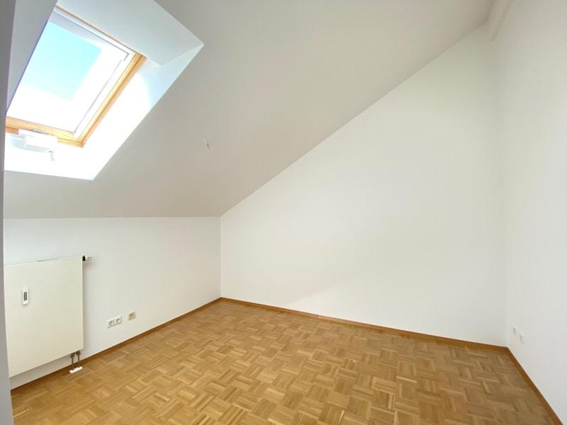 Lichtdurchflutete 2,5 ZKB DG Wohnung mit 2 Dachterrassen in zentraler Lage von Sauerlach - Schlafzimmer