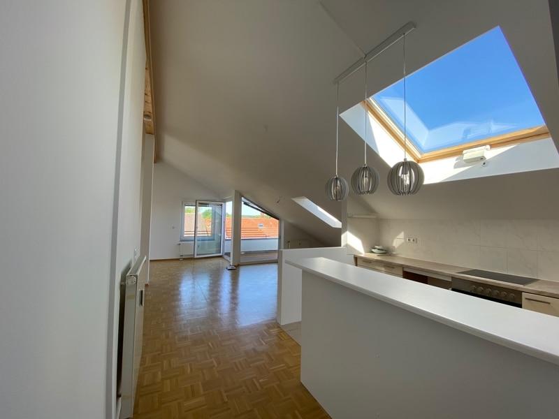 Lichtdurchflutete 2,5 ZKB DG Wohnung mit 2 Dachterrassen in zentraler Lage von Sauerlach - Blick zum Wohnzimmer
