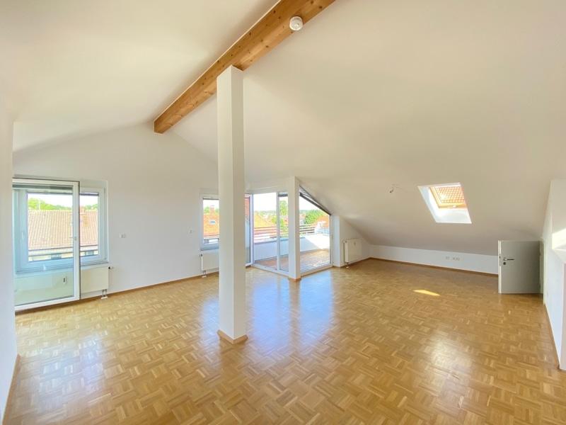 Lichtdurchflutete 2,5 ZKB DG Wohnung mit 2 Dachterrassen in zentraler Lage von Sauerlach - Offener Wohnbereich