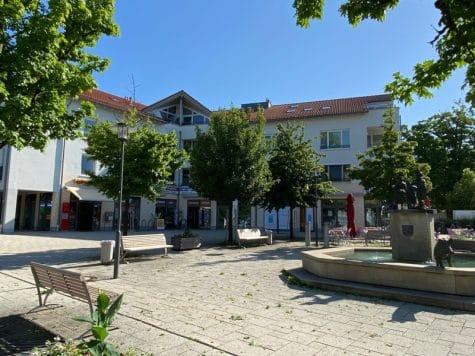 Lichtdurchflutete 2,5 ZKB DG Wohnung mit 2 Dachterrassen in zentraler Lage von Sauerlach, 82054 Sauerlach, Dachgeschosswohnung