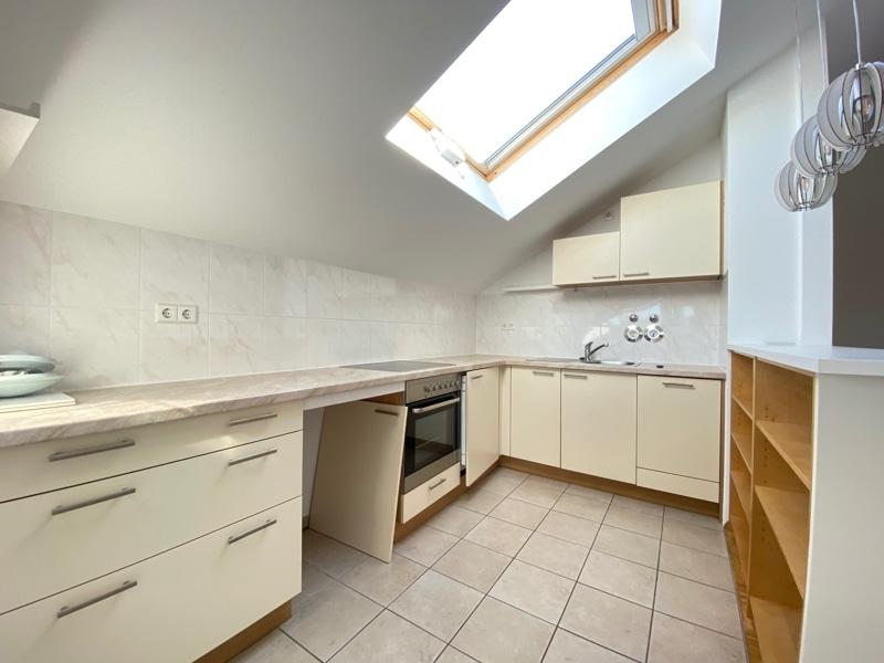 Lichtdurchflutete 2,5 ZKB DG Wohnung mit 2 Dachterrassen in zentraler Lage von Sauerlach - Offene Küche