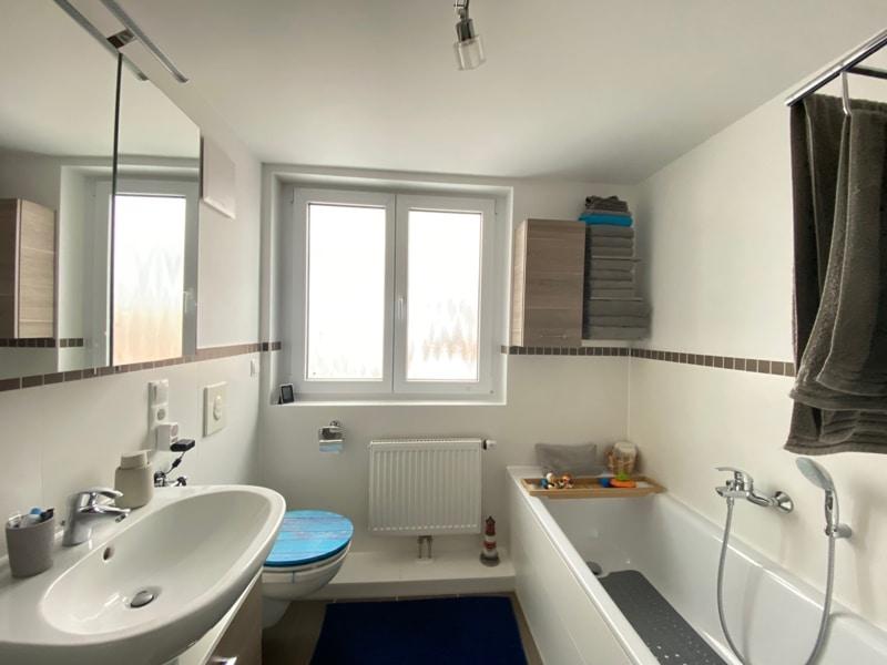 Attraktive, neuwertige 3 Zimmerwohnung mit Südbalkon und Einbauküche in Siegertsbrunn - Badezimmer