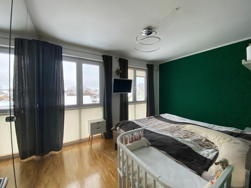 Attraktive, neuwertige 3 Zimmerwohnung mit Südbalkon und Einbauküche in Siegertsbrunn - Schlafzimmer