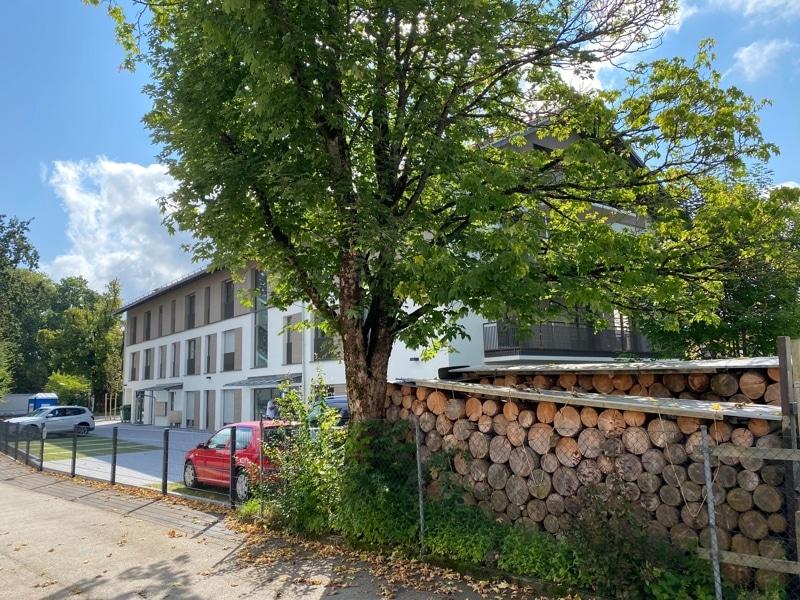Erstbezug: Nach Westen ausgerichtete ruhige 4 Zimmerwohnung mit 2 Bädern und großem Balkon in der Ortsmitte von Höhenkirchen - Rückansicht