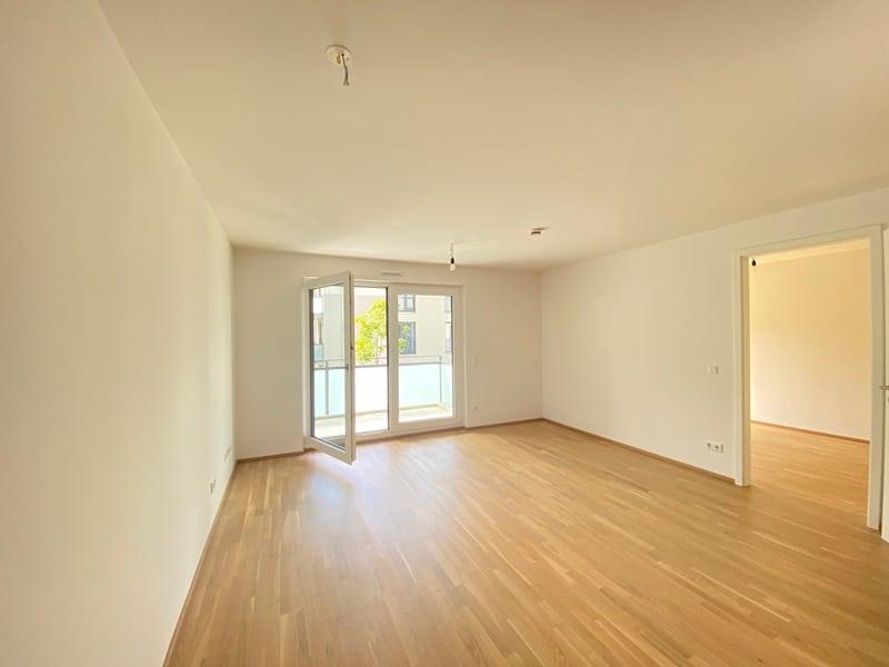 Neuwertige 2 ZKB Wohnung mit Westbalkon in zentraler Lage von Höhenkirchen-Siegertsbrunn - Wohnbereich