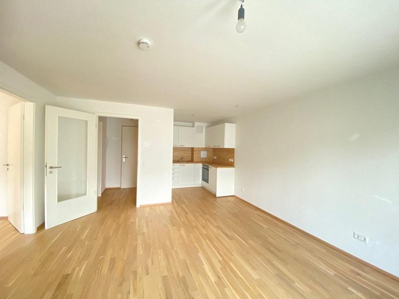Neuwertige 2 ZKB Wohnung mit Westbalkon in zentraler Lage von Höhenkirchen-Siegertsbrunn - Wohnbereich mit offener Küche