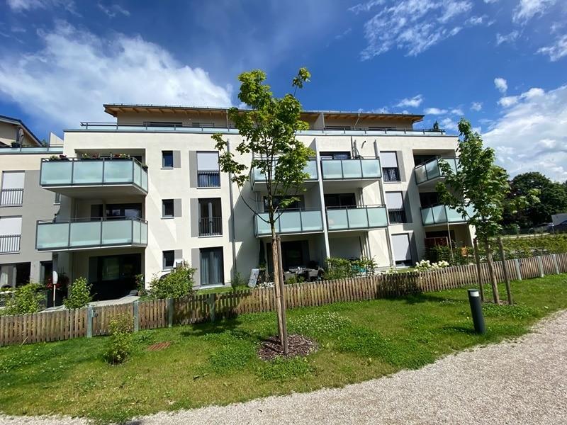 Neuwertige 2 ZKB Wohnung mit Westbalkon in zentraler Lage von Höhenkirchen-Siegertsbrunn - Außenansicht
