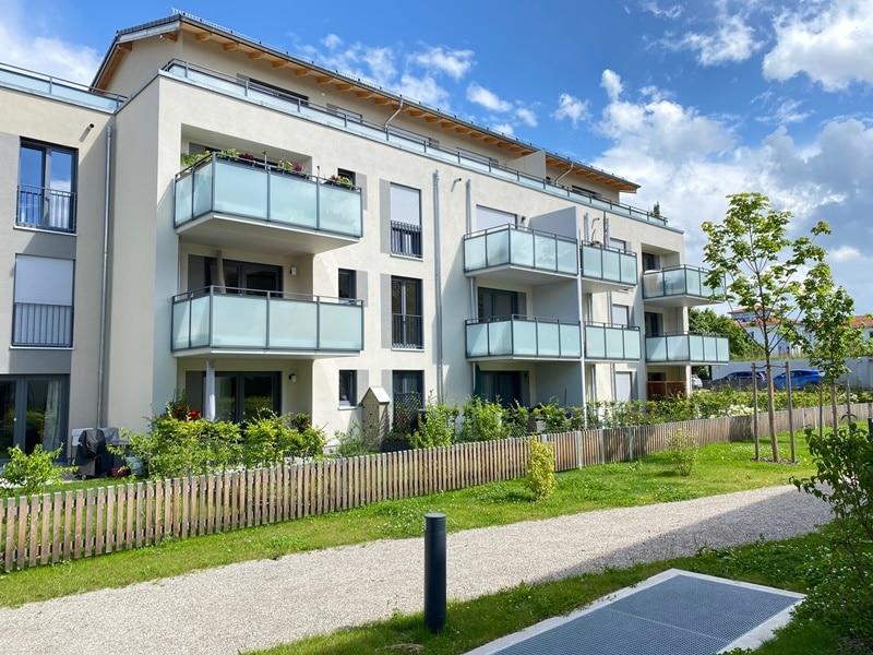 Neuwertige 2 ZKB Wohnung mit Westbalkon in zentraler Lage von Höhenkirchen-Siegertsbrunn - Außenansicht Nordwest