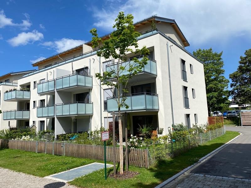 Neuwertige 2 ZKB Wohnung mit Westbalkon in zentraler Lage von Höhenkirchen-Siegertsbrunn - Außenansicht Südwest