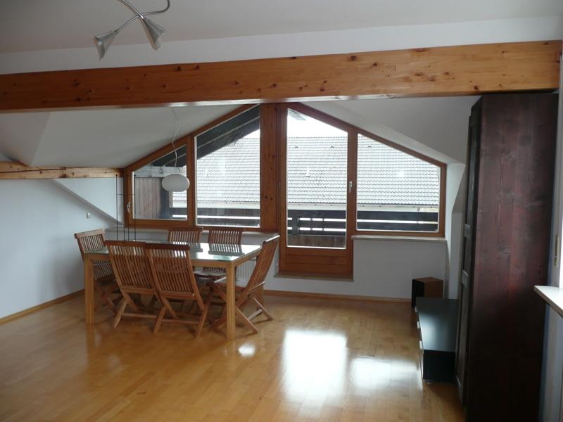 Gemütlich - großzügig - ruhig gelegen: 2.5 Zimmer-Dachgeschosswohnung mit Südbalkon in Aying - Wohnzimmer