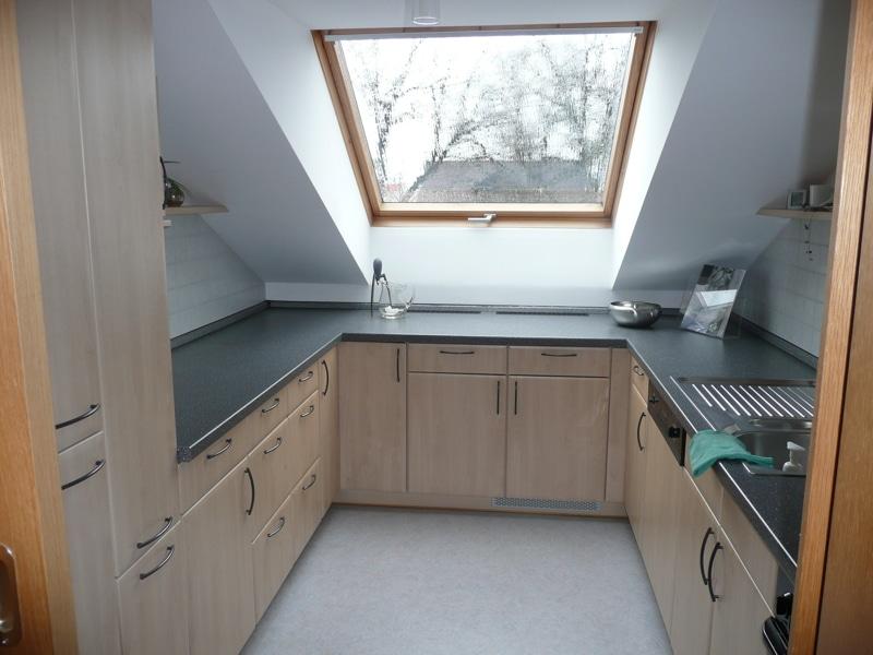 Gemütlich - großzügig - ruhig gelegen: 2.5 Zimmer-Dachgeschosswohnung mit Südbalkon in Aying - Küche