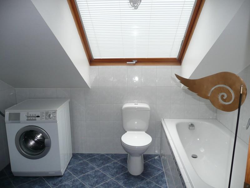 Gemütlich - großzügig - ruhig gelegen: 2.5 Zimmer-Dachgeschosswohnung mit Südbalkon in Aying - Badezimmer