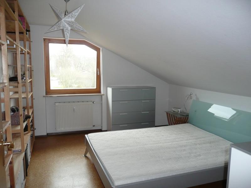 Gemütlich - großzügig - ruhig gelegen: 2.5 Zimmer-Dachgeschosswohnung mit Südbalkon in Aying - Schlafzimmer