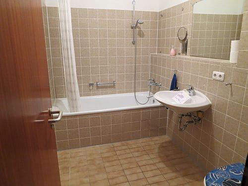Helle und freundliche 3 Zimmerwohnung in zentraler Lage von Ottobrunn - Badezimmer