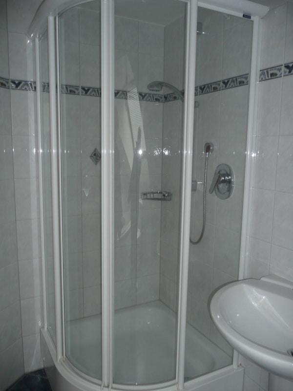 Gemütlich - großzügig - ruhig gelegen: 2.5 Zimmer-Dachgeschosswohnung mit Südbalkon in Aying - Dusche